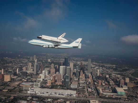 Το Διαστημικό Λεωφορείο Endeavour πάνω από το Χιούστον