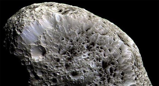 Ένα Φεγγάρι με Παράξενους Κρατήρες