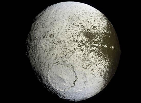 Ιαπετός: Ένα Χρωματισμένο Φεγγάρι