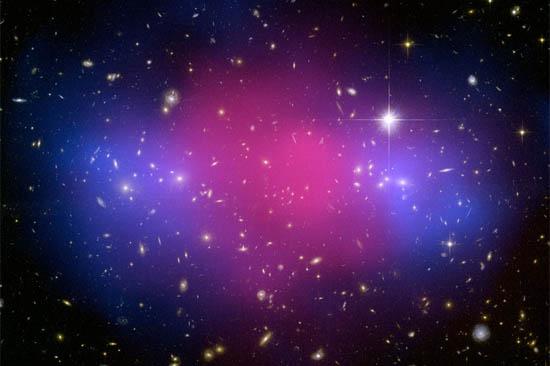 Δύο Γιγαντιαία Σμήνη Γαλαξιών Συγκρούονται