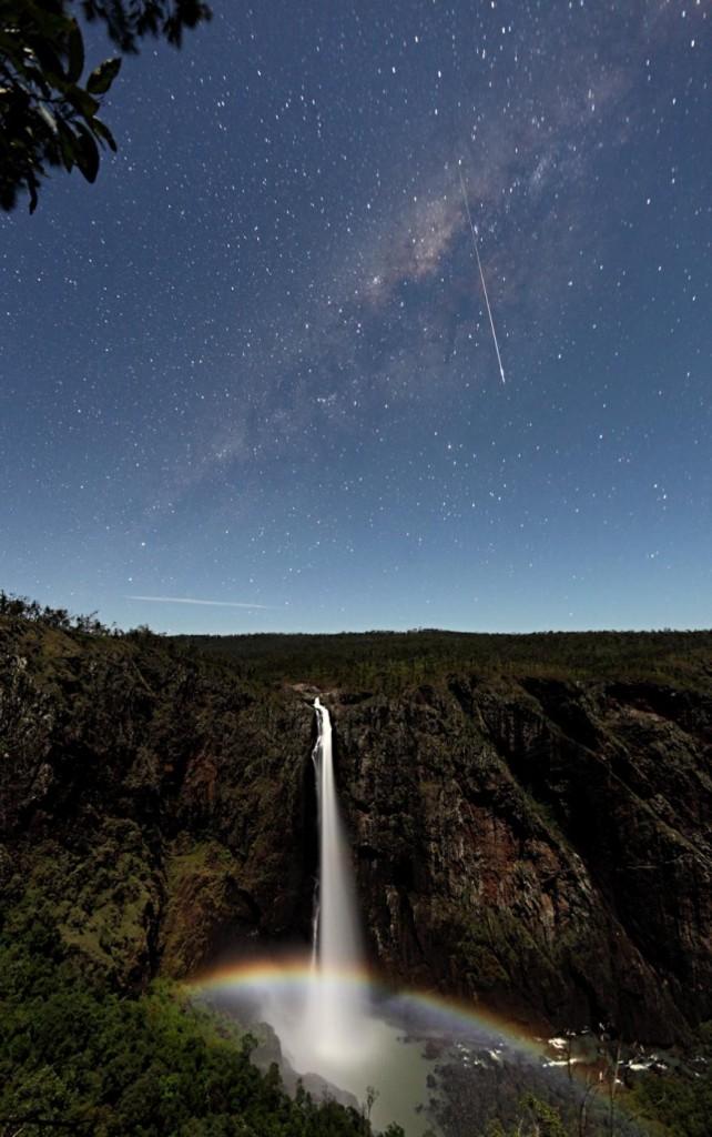 Μετέωρο και Σεληνιακό Ουράνιο Τόξο πάνω από τους Καταρράκτες Wallaman