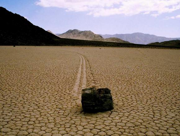 Ένας Πλεούμενος Βράχος στην Κοιλάδα του Θανάτου